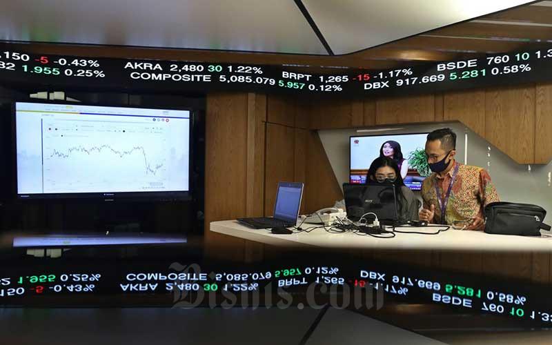 Karyawan memantau pergerakan harga saham di Kantor Mandiri Sekuritas, Jakarta, Rabu (15/7/2020). Pada penutupan perdagangan, Indeks Harga Saham Gabungan (IHSG) ditutup melemah 0,07% atau 3,324 poin ke level 5.075,798. Bisnis/Eusebio Chrysnamurti
