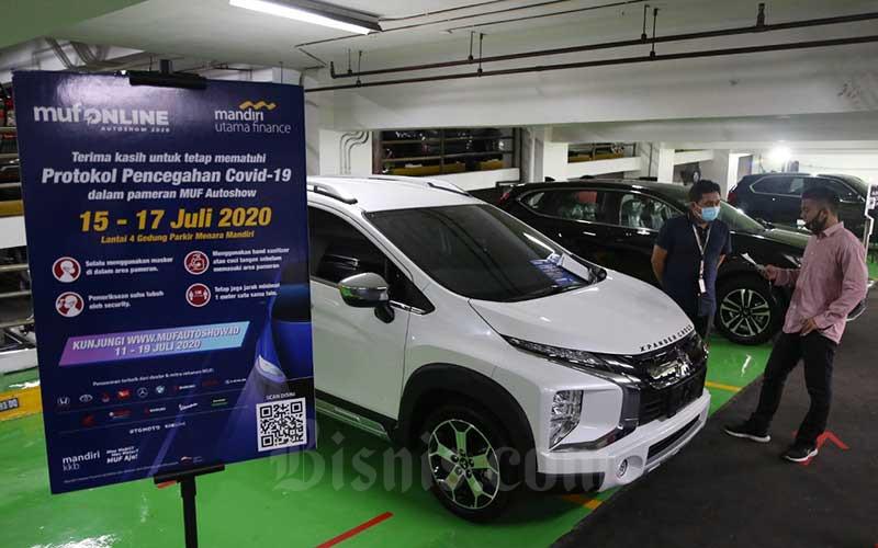 Pengunjung melihat kendaraan bermotor saat berlangsungnya MUF Online Autoshow di Jakarta, Rabu (15/7/2020). Bisnis/Eusebio Chrysnamurti