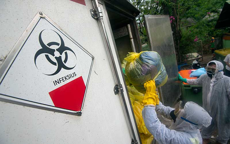 Petugas memindahkan kantong-kantong berisi limbah masker masyarakat dari truk milik Dinas Lingkungan Hidup (DLH) DKI Jakarta ke truk milik PT Wastec Internasional di Dipo Sampah Ancol, Jakarta, Rabu (15/7/2020). ANTARA FOTO/Aditya Pradana Putra