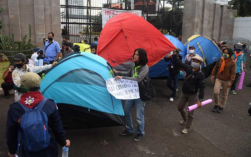 Sejumlah mahasiswa pencinta alam (mapala) membawa tenda saat melakukan aksi menolak omnibus law di depan Kompleks Parlemen, Senayan, Jakarta, Rabu (15/7/2020). ANTARA FOTO/Akbar Nugroho Gumay