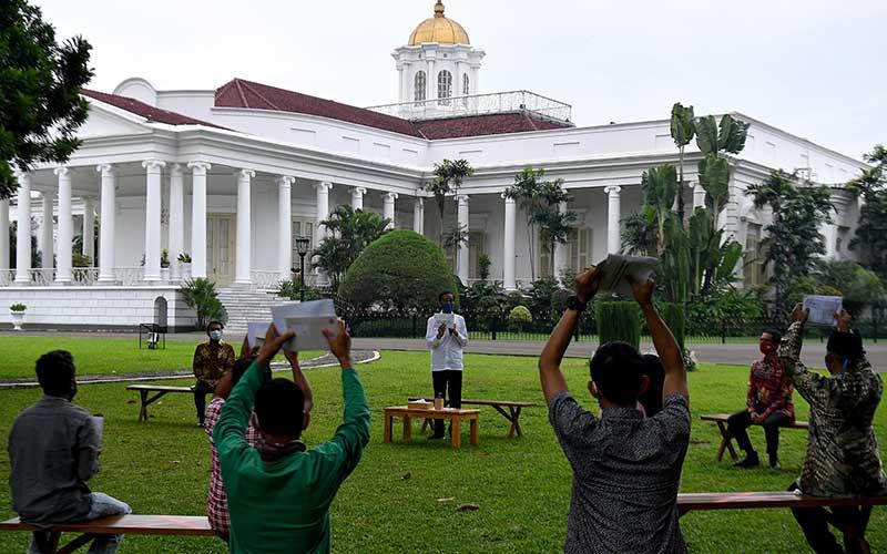 Presiden Joko Widodo (tengah) memberikan pengarahan saat penyerahan bantuan modal kerja kepada para pedagang kaki lima, keliling, rumahan hingga pedagang asongan di Istana Bogor, Jawa Barat, Rabu (15/7/2020). ANTARA FOTO/Sigid Kurniawan/POOL