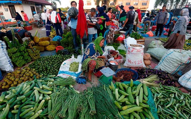 Aktivitas pedagang kaki lima yang berjualan sayur mayur dan rempah-rempah di pasar tradisional Lambaro, Aceh Besar, Aceh, Kamis (16/7/2020). ANTARA FOTO/Irwansyah Putra