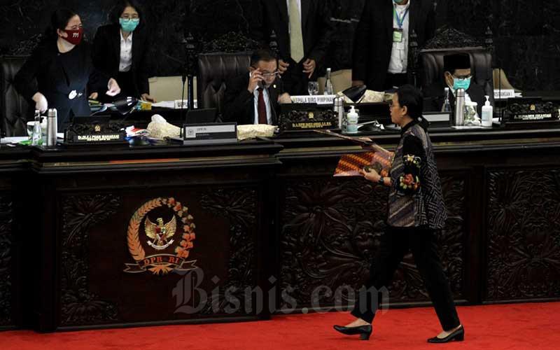 Menteri Keuangan Sri Mulyani Indrawati (kedua kanan) berjalan seusai memberikan pemaparan dalam rapat paripurna DPR di kompleks parlemen, Jakarta, Kamis (16/7/2020). Sri Mulyani menyampaikan penjelasan Rancangan Undang-Undang tentang Pertanggungjawaban atas Pelaksanaan APBN (P2APBN) Tahun Anggaran (TA) 2019. Bisnis/Arief Hermawan P