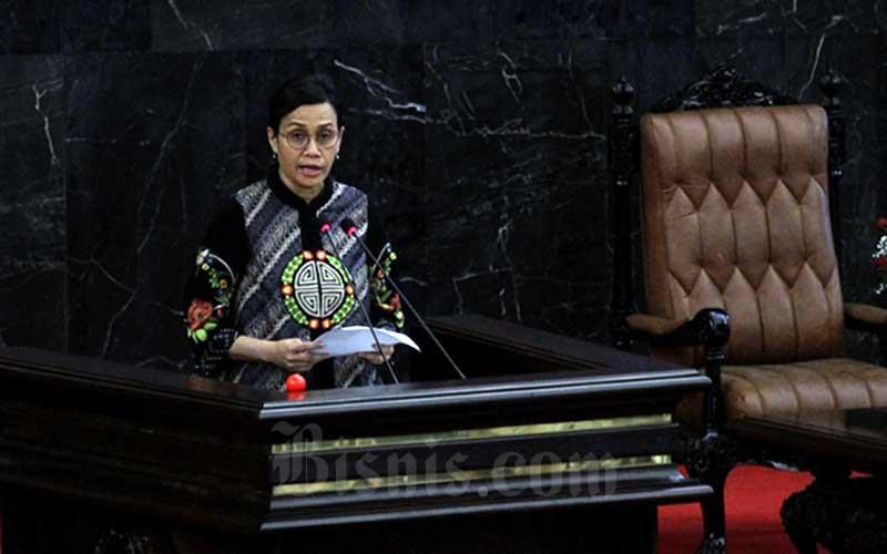 Menteri Keuangan Sri Mulyani Indrawati memberikan pemaparan dalam rapat paripurna DPR di kompleks parlemen, Jakarta, Kamis (16/7/2020). Sri Mulyani menyampaikan penjelasan Rancangan Undang-Undang tentang Pertanggungjawaban atas Pelaksanaan APBN (P2APBN) Tahun Anggaran (TA) 2019. Bisnis/Arief Hermawan P