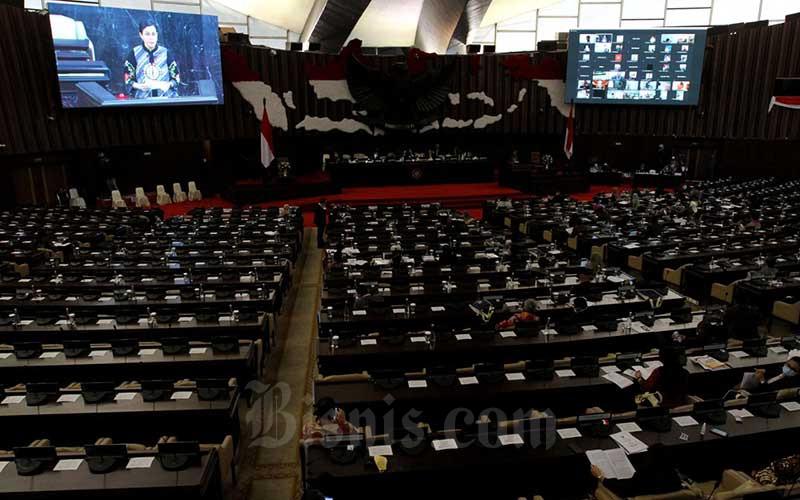 Suasana rapat paripurna DPR saat Menteri Keuangan (Menkeu) Sri Mulyani Indrawati memberikan pemaparan di kompleks parlemen, Jakarta, Kamis (16/7/2020). Sri Mulyani menyampaikan penjelasan Rancangan Undang-Undang tentang Pertanggungjawaban atas Pelaksanaan APBN (P2APBN) Tahun Anggaran (TA) 2019. Bisnis/Arief Hermawan P
