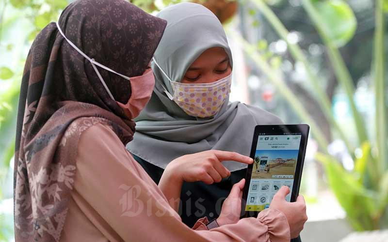 Nasabah melakukan pembelian hewan kurban melalui fitur di Mandiri Syariah Mobile di Jakarta, Kamis (16/7). Bank Mandiri Syariah menyampaikan pada aplikasi tersebut tidak hanya menyediakan fitur transaksi perbankan, tetapi juga mengakomodir kebutuhan ibadah umat Islam seperti fitur pembelian hewan kurban. Bisnis/Himawan L Nugraha