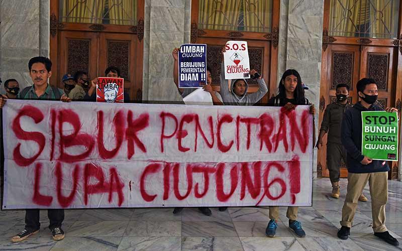 Sejumlah mahasiswa berunjuk rasa memprotes pencemaran di Sungai Ciujung di Kantor Bupati Serang, Banten, Kamis (16/7/2020). Puluhan mahasiswa yang tergabung dalam Mapala Banten berunjuk rasa memprotes pencemaran di Sungai Ciujung serta mendesak Bupati Serang untuk menutup perusahaan yang membuang limbah ke sungai. ANTARA FOTO/Asep Fathulrahman