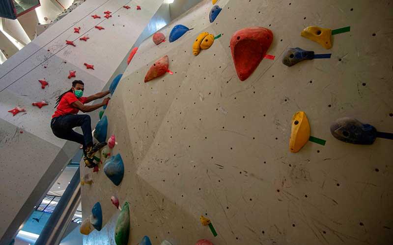 Atlet asal Papua Ladislaus Momtanam berlatih panjat tebing untuk persiapan Pekan Olah Raga Nasional (PON) XX di arena Indo Climb, Mal FX Sudirman, Jakarta, Kamis (16/7/2020). ANTARA FOTO/Aditya Pradana Putra