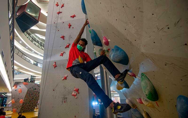 Atlet asal Papua Ladislaus Momtanam berlatih panjat tebing untuk persiapan Pekan Olah Raga Nasional (PON) XX di arena Indo Climb, Mal FX Sudirman, Jakarta, Kamis (16/7/2020). ANTARA FOTO/Aditya Pradana Putran