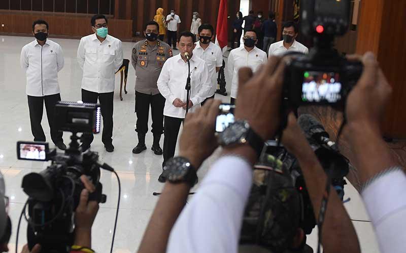 Kabareskrim Polri Komjen Pol Listyo Sigit Prabowo (tengah) memberikan keterangan terkait dicopotnya jabatan Kepala Biro Koordinasi dan Pengawasan (Korwas) PPNS Bareskrim Polri dari Brigjen Pol Pratesijo Utomo dalam upacara di Mabes Polri, Jakarta, Kamis (16/7/2020). ANTARA FOTO/Akbar Nugroho Gumay