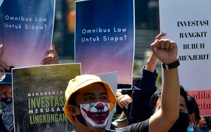 Pengunjuk rasa yang tergabung dalam Aliansi Bali Tidak Diam melakukan aksi menolak Omnibus Law di kawasan Renon, Denpasar, Bali, Kamis (16/7/2020). Dalam aksinya, pengunjuk rasa meminta pemerintah dan DPR untuk menghentikan pembahasan RUU Omnibus Law Cipta Kerja. ANTARA FOTO/Fikri Yusuf