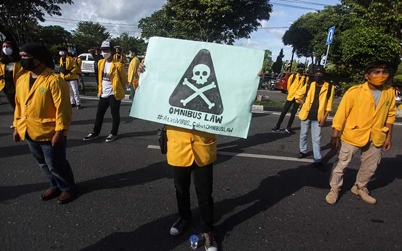Mahasiswa Universitas Palangkaraya (UPR) membawa poster saat melakukan aksi unjuk rasa di depan kantor DPRD Provinisi Kalteng, Palangkaraya, Kalimantan Tengah, Kamis (16/7/2020). Mereka mendesak pemerintah pusat untuk membatalkan rencana pengesahan Omnibus Law RUU Cipta Kerja. ANTARA FOTO/Makna Zaezar