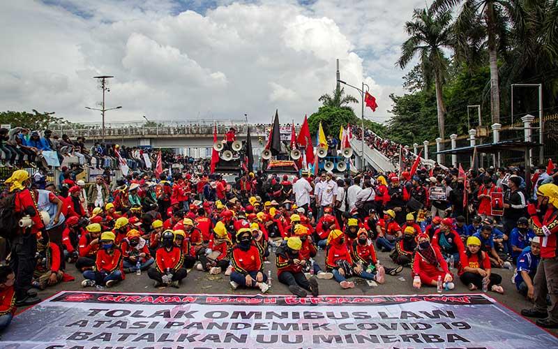 Massa dari berbagai elemen melakukan unjuk rasa di depan Gedung DPR, Senayan, Jakarta, Kamis (16/7/2020). Aksi yang dihadiri oleh buruh dan mahasiswa itu menuntut DPR untuk menghentikan pembahasan Omnibus Law RUU Cipta Kerja. ANTARA FOTO/Dhemas Reviyanto