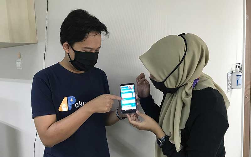 Co-Founder dan CEO Aku Pintar Lutvianto Pebri Handoko (kiri) memperlihatkan cara penggunaan Aplikasi Aku Pintar Guru kepada user di Jakarta, Senin (27/7/2020). Bisnis