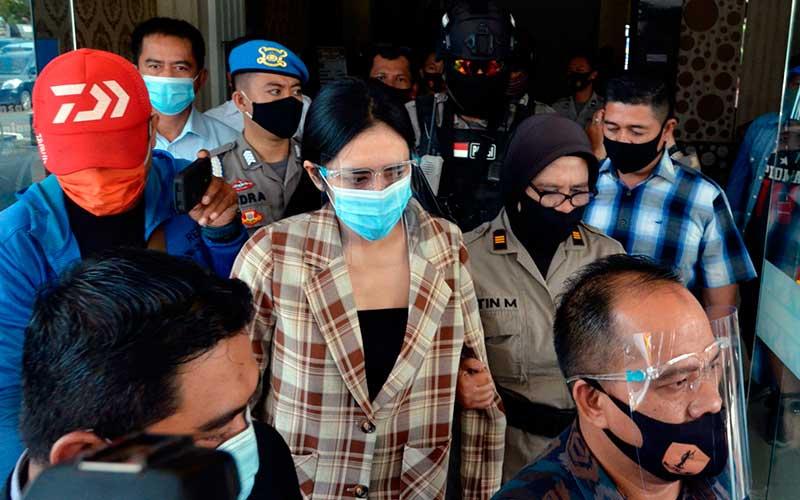 Personel kepolisian membawa artis berinial VS (tengah) saat rilis kasus prostitusi online di Polresta Bandar Lampung, Lampung, Kamis (30/7/2020). Sat Reskrim Polresta Bandar Lampung menagkap dua orang mucikari MK dan MNA beserta VS seorang artis Film Televisi (FTV) di sebuah hotel berbintang di Bandar Lampung karena terlibat prostitusi online. ANTARA FOTO/Ardiansyah