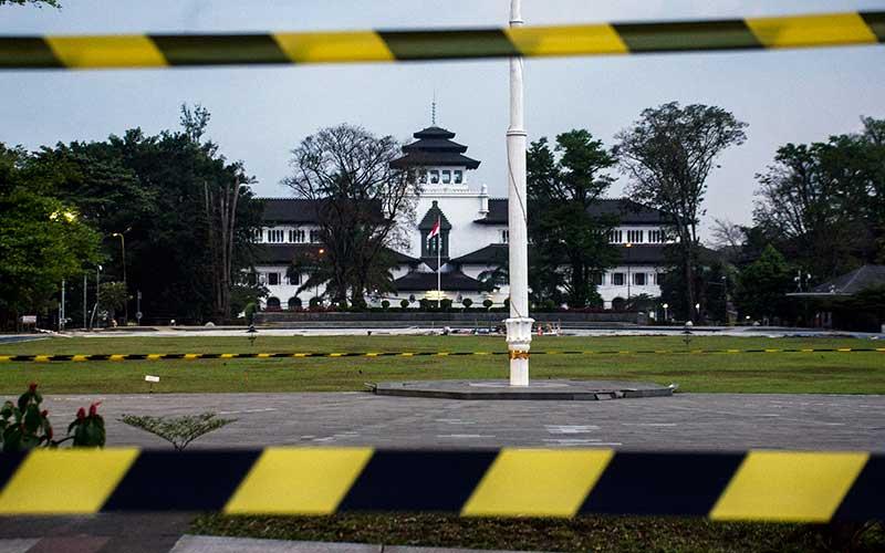 Suasana kompleks Gedung Sate yang ditutup sementara di Bandung, Jawa Barat, Kamis (30/7/2020). Sebanyak 40 karyawan di Gedung Sate atau Kantor Gubernur Jawa Barat terkonfirmasi positif Covid-19 melalui uji tes usap sehingga selama 14 hari Gedung Sate ditutup untuk publik dan aktivitas ASN untuk sementara bekerja dari rumah. ANTARA FOTO/Novrian Arbi