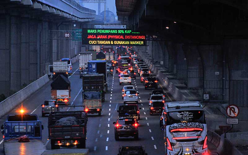 Sejumlah kendaraan melintas di tol Jakarta-Cikampek, Bekasi, Jawa Barat, Kamis (30/7/2020). PT Jasa Marga (Persero) Tbk memprediksi 546.436 kendaraan meninggalkan Jakarta selama periode libur panjang Hari Raya Idul Adha 1441 H dari tanggal (30/7) sampai dengan (2/8). ANTARA FOTO/ Fakhri Hermansyah