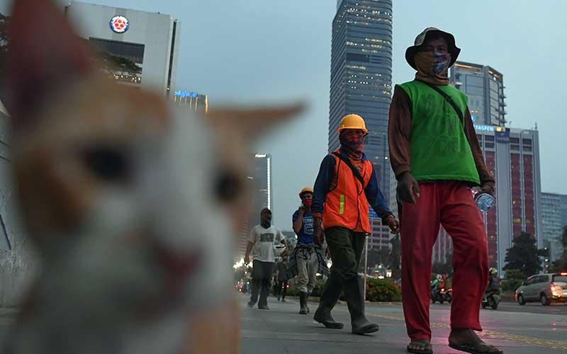 Pekerja berjalan di pedestrian kawasan jalan Sudirman Jakarta, Kamis (30/7/2020). Pemprov DKI Jakarta kembali memperpanjang PSBB masa transisi fase pertama untuk ketiga kalinya hingga 13 Agustus 2020 karena tren penambahan kasus positif COVID-19 masih cukup signifikan dimana jumlah kasus kumulatif di Ibu Kota mencapai 20.969 kasus. ANTARA FOTO/Wahyu Putro A