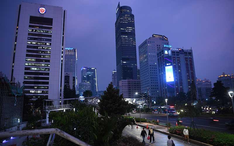 Pekerja berjalan di pedestrian kawasan Dukuh Atas Jakarta, Kamis (30/7/2020). Pemprov DKI Jakarta kembali memperpanjang PSBB masa transisi fase pertama untuk ketiga kalinya hingga 13 Agustus 2020 karena tren penambahan kasus positif COVID-19 masih cukup signifikan dimana jumlah kasus kumulatif di Ibu Kota mencapai 20.969 kasus. ANTARA FOTO/Wahyu Putro A