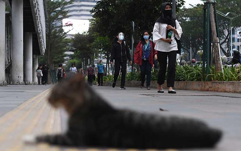 Pekerja berjalan kaki di pedestrian kawasan Dukuh Atas Jakarta, Kamis (30/7/2020). Pemprov DKI Jakarta kembali memperpanjang PSBB masa transisi fase pertama untuk ketiga kalinya hingga 13 Agustus 2020 karena tren penambahan kasus positif COVID-19 masih cukup signifikan dimana jumlah kasus kumulatif di Ibu Kota mencapai 20.969 kasus. ANTARA FOTO/Wahyu Putro A