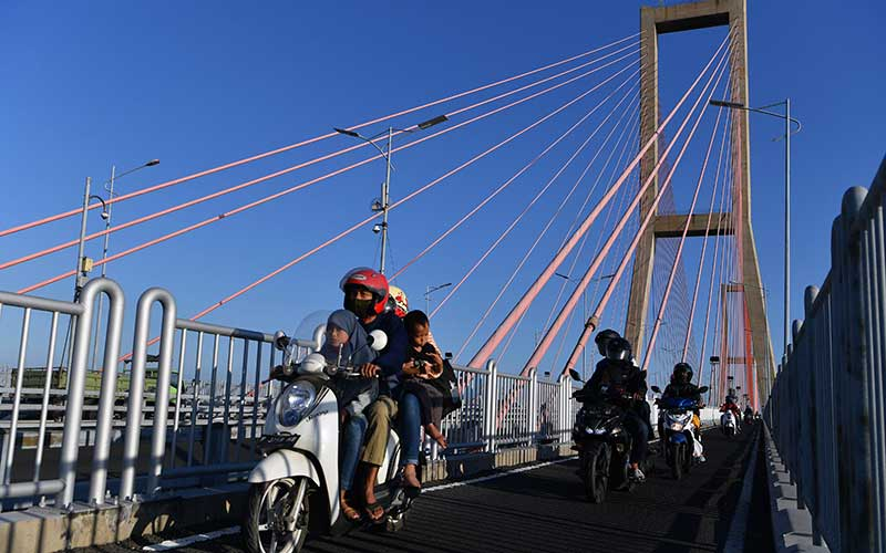 Pengendara motor melintasi Jembatan Suramadu, Surabaya, Jawa Timur, Kamis (30/7/2020). Menjelang Hari Raya Idul Adha 1441 H, jembatan penghubung antara Pulau Jawa dengan Pulau Madura tersebut dipadati kendaraan khususnya pemudik yang menggunakan motor menuju Pulau Madura. ANTARA FOTO/Zabur Karuru