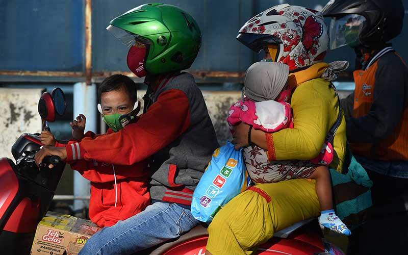 Pengendara motor memasuki gerbang Jembatan Suramadu, Surabaya, Jawa Timur, Kamis (30/7/2020). Menjelang Hari Raya Idul Adha 1441 H, jembatan penghubung antara Pulau Jawa dengan Pulau Madura tersebut dipadati kendaraan khususnya pemudik yang menggunakan motor menuju Pulau Madura. ANTARA FOTO/Zabur Karuru