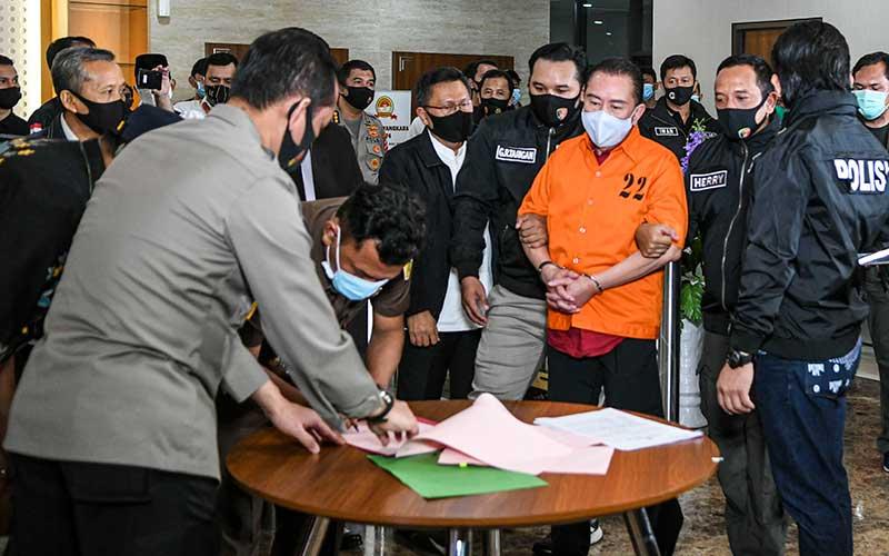 Terpidana kasus korupsi pengalihan hak tagih Bank Bali Djoko Tjandra (ketiga kanan) bersiap menandatangani berita acara penyerahterimaan kepada Kejaksaan Agung di kantor Bareskrim Mabes Polri, Jakarta, Jumat (31/7/2020).Bareskrim Polri resmi menyerahkan Djoko Soegiarto Tjandra yang buron selama sebelas tahun ke Kejaksaan Agung. ANTARA FOTO/M Risyal Hidayat