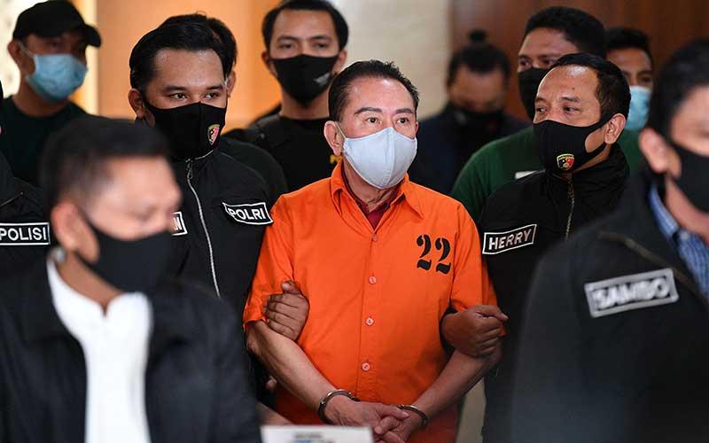 Terpidana kasus korupsi pengalihan hak tagih Bank Bali Djoko Tjandra dibawa petugas saat penandatanganan penyerahterimaan kepada Kejaksaan Agung di kantor Bareskrim Mabes Polri, Jakarta, Jumat (31/7/2020).Bareskrim Polri resmi menyerahkan Djoko Soegiarto Tjandra yang buron selama sebelas tahun tersebut ke Kejaksaan Agung. ANTARA FOTO/M Risyal Hidayat