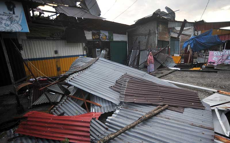 Warga melihat kondisi toko yang atapnya rusak akibat angin puting beliung, di Bungo Pasang, Padang, Sumatera Barat, Sabtu (1/8/2020). Sedikitnya 10 toko dan rumah di daerah itu terdampak angin puting beliung pada Jumat (31/7/2020) malam. ANTARA FOTO/Iggoy el Fitra