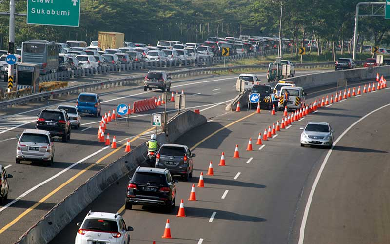 Kendaraan roda empat menggunakan jalur contraflow menuju arah Sukabumi di pintu keluar Tol Jagorawi KM 44, Bogor, Jawa Barat, Sabtu (1/8/2020). Tingginya volume kendaraan menuju Puncak Bogor membuat Sat Lantas Polres Bogor memberlakukan rekayasa lalu lintas sistem lawan arus (contraflow) untuk mengurai kemacetan. ANTARA FOTO/Yulius Satria Wijaya