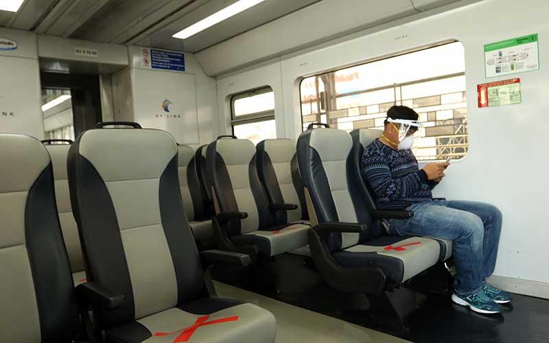 Seorang penumpang duduk di dalam kereta api Railink di Stasiun Besar Medan, Sumatera Utara, Sabtu (1/8/2020). Manajemen PT Railink mulai mengoperasikan kembali 10 jadwal perjalanan kereta Bandara Kualanamu per hari dengan memberikan diskon harga tiket Rp50 ribu selama bulan Agustus 2020 di masa Adaptasi Kebiasaan Baru. ANTARA FOTO/Septianda Perdana