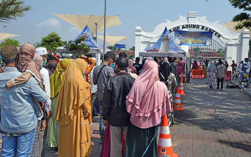 Sejumlah wisatawan memadati pintu masuk kawasan Wisata Religi Mesjid Agung Kesultanan Banten di Kasemen, Serang, Minggu (2/8/2020). Sejumlah objek wisata di kawasan pesisir Barat dan Utara Banten dipadari wisatawan yang memanfaatkan libur Hari Raya Idul Adha 1441 H. ANTARA FOTO/Asep Fathulrahman