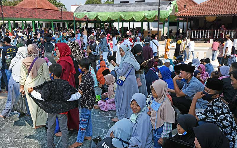 Sejumlah wisatawan memadati kawasan Wisata Religi makam Kesultanan Banten di Kasemen, Serang, Minggu (2/8/2020). Sejumlah objek wisata di kawasan pesisir Barat dan Utara Banten dipadari wisatawan yang memanfaatkan libur Hari Raya Idul Adha 1441 H. ANTARA FOTO/Asep Fathulrahman