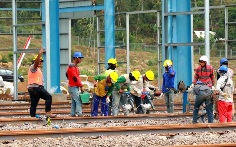 Pekerja menyelesaikan pembangunan pabrik Kereta api PT INKA di Kalipuro, Banyuwangi, Jawa Timur, Selasa (4/8/2020). Pembangunan pabrik kereta api terbesar di Indonesia itu, pembangunannya mundur selama tiga bulan karena pandemi Covid-19 dan diperkirakan pada akhir tahun 2021 sudah dapat memproduksi gerbong kereta. ANTARA FOTO/Budi Candra Setya
