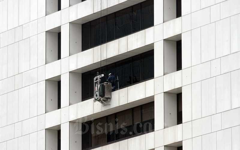 Pekerja beraktivitas melakukan perawatan gedung bertingkat di Jakarta, Selasa (4/8/2020). BPJamsostek (BPJS Ketenagakerjaan) telah membayar 1,33 juta klaim Jaminan Hari Tua (JHT) senilai Rp16,47 triliun hingga 15 Juli 2020. Bisnis/Arief Hermawan P
