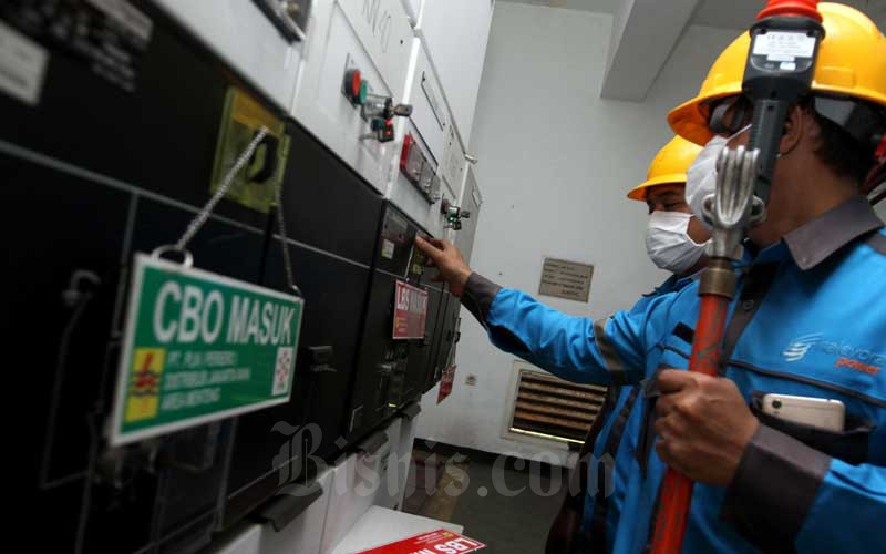 Petugas PT PLN (Persero) melakukan perawatan berkala pada salah satu Gardu Distribusi Area Menteng di Jakarta, Selasa (4/8/2020). Pemerintah memutuskan untuk memperpanjang kebijakan untuk membantu masyarakat terdampak Covid-19 berupa pemberian diskon tagihan listrik kepada konsumen. Bisnis/Arief Hermawan P