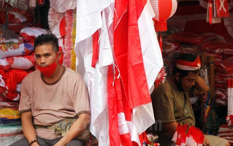 Pedagang bendera dan pernak-pernik kemerdekaan menunggu pembeli di Pasar Jatinegara, Jakarta, Selasa (4/8/2020). Menjelang Hari Ulang Tahun (HUT) Kemerdekaan Indonesia ke-75 penjual bendera dan pernak-pernik kemerdekaan mengaku bahwa omzet mereka turun hingga 50 persen akibat adanya pandemi Covid-19.Bisnis/Himawan L Nugrahan