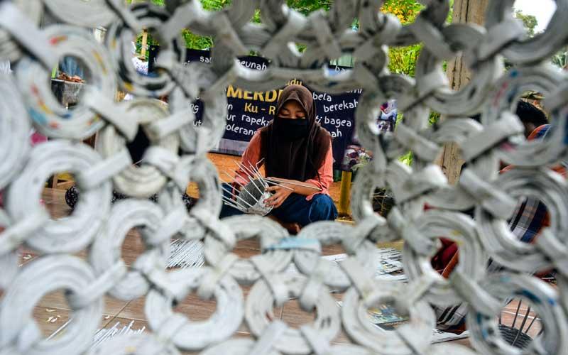 Kelompok Galuh Peduli Rasa membuat kerajinan berbahan kertas bekas di Desa Dewasari, Jawa Barat, Selasa (4/8/2020). Kelompok tersebut memproduksi toples, keranjang air mineral,pas bunga dan kotak tisu berbahan limbah kertas menjadi nilai ekonomis dengan harga Rp15 ribu hingga Rp300 ribu dan dipasarkan ke daerah Jabar, Jateng dan Jatim. ANTARA FOTO/Adeng Bustomi