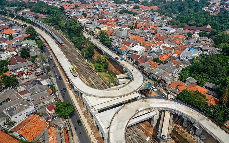 Foto aerial pembangunan jalan layang tapal kuda di kawasan Lenteng Agung, Jakarta, Rabu (5/8/2020). Menurut Gubernur DKI Jakarta Anies Baswedan, progres pembangunan jalan layang tapal kuda di Lenteng Agung sudah mencapai 75 persen dan ditargetkan selesai pada bulan Desember 2020. ANTARA FOTO/Galih Pradipta