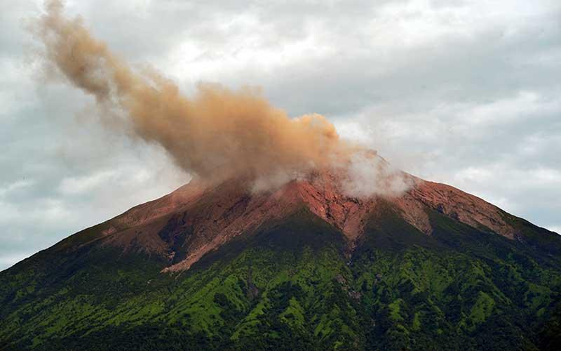 Gunung Kerinci mengembuskan gas dan material yang terlihat dari Gunung Tujuh, Kerinci, Jambi, Rabu (5/8/2020). Pos Pengamatan menyebutkan Gunung Kerinci yang statusnya masih berada pada level II (waspada) kembali mengalami gempa embusan dan tremor menerus yang terpantau secara visual dan data seismik pada Rabu (5/8) pagi. ANTARA FOTO/Wahdi Septiawan
