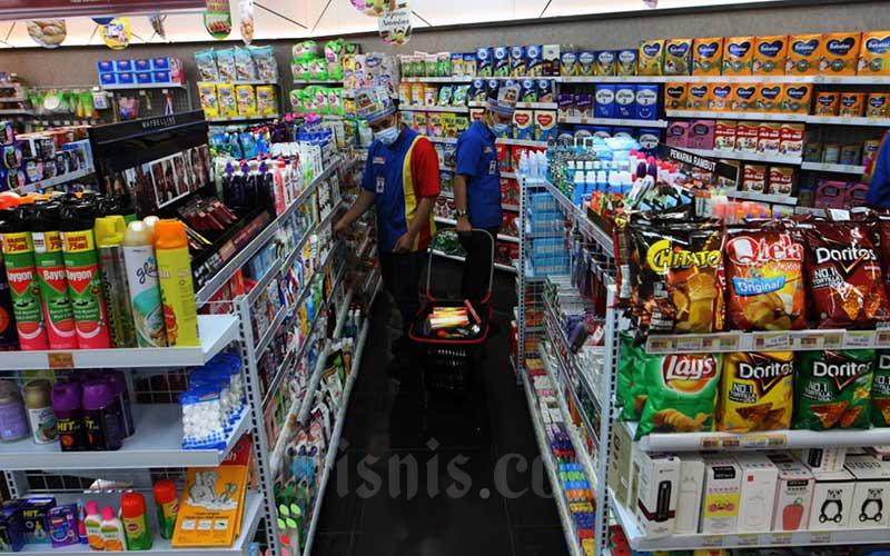 Karyawan menata produk makanan dan minuman di Indomaret Drive Thru di Jakarta, Rabu (5/8/2020). Indomaret melakukan ekspansi usaha dengan menambah layanan drive thru keempatnya menyusul keberhasilan layanan sejenis sebelumnya. Bisnis/Dedi Gunawan