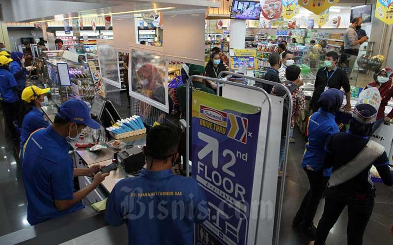 Karyawan beraktivitas di layanan Indomaret Drive Thru di Jakarta, Rabu (5/8/2020). Indomaret melakukan ekspansi usaha dengan menambah layanan drive thru keempatnya menyusul keberhasilan layanan sejenis sebelumnya. Bisnis/Dedi Gunawann