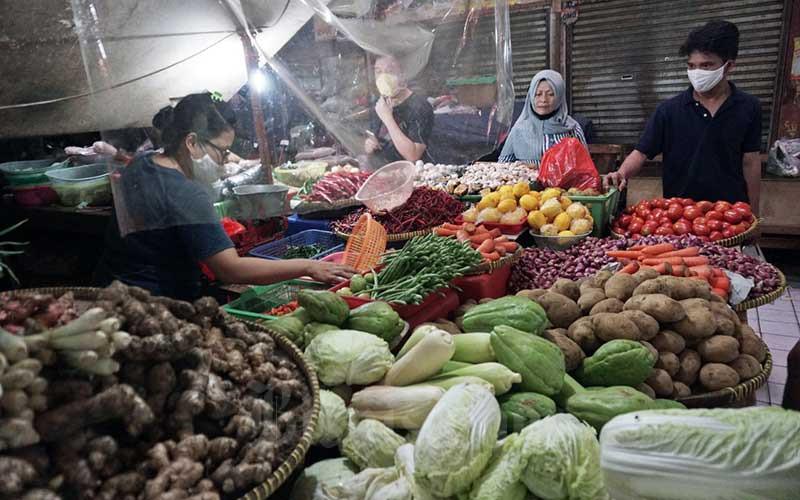 Pedagang melayani pembeli di Pasar PSPT Tebet, Jakarta, Rabu (5/8/2020). Badan Pusat Statistik (BPS) mencatat penurunan kinerja konsumsi rumah tangga menjadi pemicu utama kontraksi ekonomi Indonesia pada triwulan II/2020 sebesar minus 5,32 persen. Bisnis/Eusebio Chrysnamurti