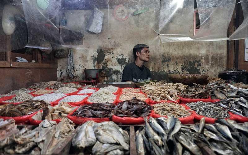 Pedagang menunggu pembeli di Pasar PSPT Tebet, Jakarta, Rabu (5/8/2020). Badan Pusat Statistik (BPS) mencatat penurunan kinerja konsumsi rumah tangga menjadi pemicu utama kontraksi ekonomi Indonesia pada triwulan II/2020 sebesar minus 5,32 persen. Bisnis/Eusebio Chrysnamurti