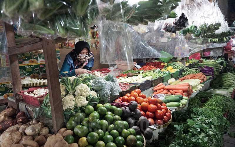 Pedagang menata barang dagangannya di Pasar PSPT Tebet, Jakarta, Rabu (5/8/2020). Badan Pusat Statistik (BPS) mencatat penurunan kinerja konsumsi rumah tangga menjadi pemicu utama kontraksi ekonomi Indonesia pada triwulan II/2020 sebesar minus 5,32 persen. Bisnis/Eusebio Chrysnamurti