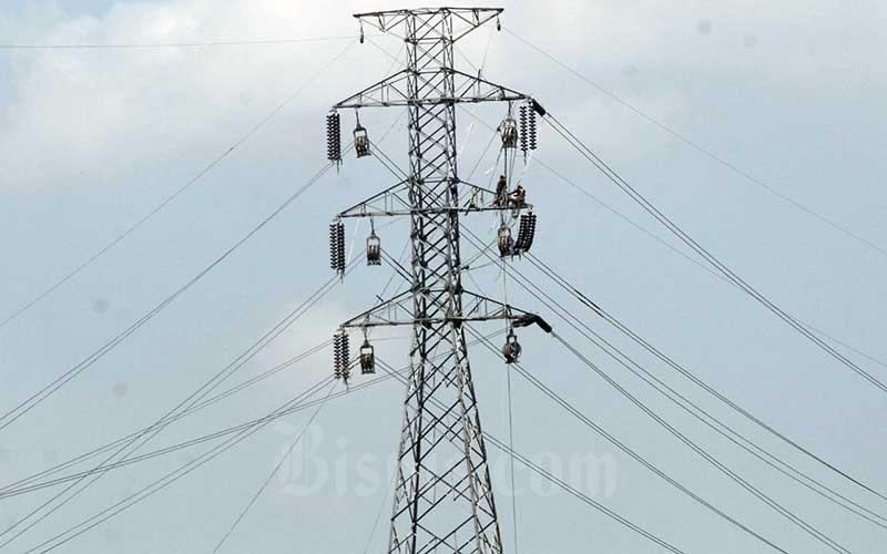 Pekerja memasang jaringan kabel listrik tegangan tinggi di Makassar, Sulawesi Selatan, Kamis (6/8/2020). Realisasi investasi sektor kelistrikan tercatat baru mencapai US$3,97 miliar sepanjang semester I/2020 atau 33,22 persen dari target tahun ini. Bisnis/Paulus Tandi Bone