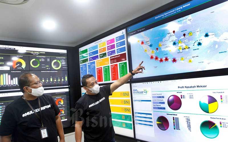 EVP Keuangan dan Operasional PT Permodalan Nasional Madani (PNM) (Persero) Sunar Basuki (kiri) berbincang dengan EVP Pengembangan dan Legal Rahfie Syaefulshaaf di sela-sela pemaparan pada media di Monitoring Data Center PNM di Jakarta, Kamis (6/8/2020). Bisnis/Himawan L Nugraha