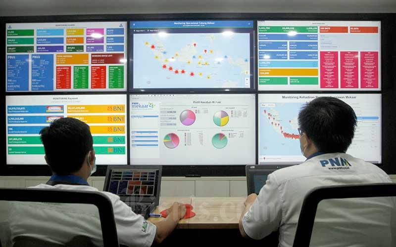 Karyawan beraktifitas di Monitoring Data Center PT Permodalan Nasional Madani (PNM) (Persero) di Jakarta, Kamis (6/8/2020). PNM menyampaikan melalui pusat data tersebut perusahaan secara langsung dapat melakukan monitoring operasional program pembiayaan bagi UMKM & Koperasi di seluruh Indonesia. Bisnis/Himawan L Nugraha