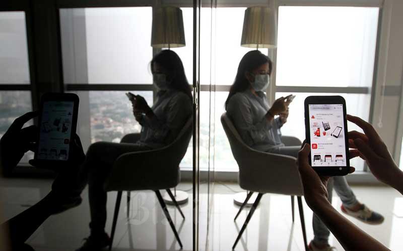 Nasabah melakukan registrasi OCTO Mobile (mobile banking CIMB Niaga) menggunakan ponselnya di Jakarta, Kamis (6/8/2020). OCTO Mobile yang menyediakan fitur lengkap untuk melakukan beragam aktivitas keuangan mulai dari pembukaan rekening pertama, tarik dan setor tunai tanpa kartu, hingga Scan QRIS. Bisnis/Arief Hermawan P