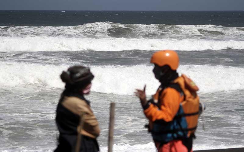 Tim SAR gabungan melakukan penyisiran di sepanjang pantai Goa Cemara, Sanden, Bantul, DI Yogyakarta, Kamis (6/8/2020). Sebanyak tujuh wisatawan terseret ombak saat bermain di pantai, dua korban ditemukan meninggal dunia dan lima korban masih dalam pencarian tim SAR gabungan. ANTARA FOTO/Hendra Nurdiyansyah